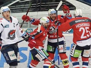 Pardubický Brian Ihnacak (uprostřed) slaví společně se spoluhráči gól v síti...