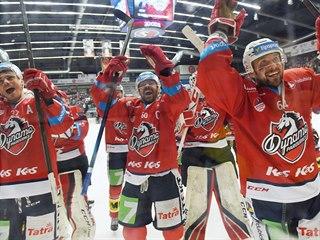 Pardubičtí hokejisté (zleva: Petr Sýkora, Tomáš Rolinek, Brian Ihnacak) slaví...
