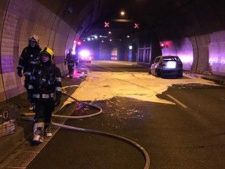 V pražském tunelu Mrázovka shořelo auto, požár poškodil i samotný tunel (15. 4....