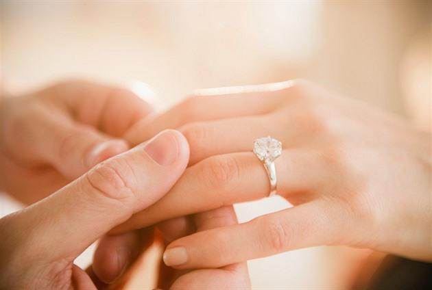 Zásnubní prsten nemusí partnera zruinovat. S ženou by měl hlavně ladit