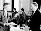 Československý premiér Marián Čalfa (vpravo) při rozhovoru s ministrem financí...