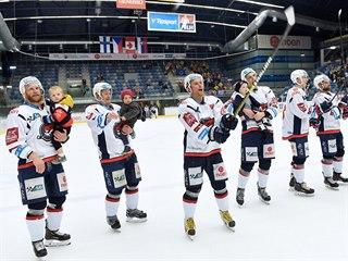 Chomutovští hokejisté se loučí s fanoušky po posledním barážovém duelu.