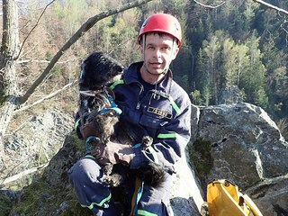 Hasiči zachránili psa, který sklouzl na římsu zříceniny hradu Fredevald (Pustý...