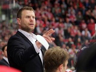 Trenér hokejového Třince Václav Varaďa.