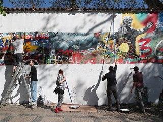 Přemalovávání Lennonovy zdi v Praze na Kampě.