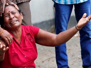 Příbuzná jedné z obětí útoku ve srílanském kostele svatého Antonína truchlí nad...