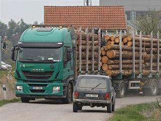 Povrch silnice v ulici Za Tratí v Okříškách už se kvůli kamionům se dřevem...