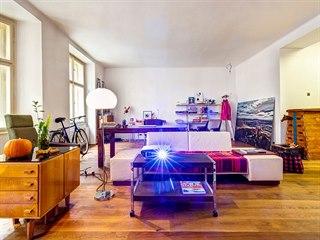 V obývacím pokoji je dost prostoru pro unikátní designový nábytek, ale i školní...