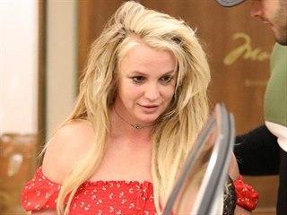 Britney Spears společně s přítelem Samem Asgharim při odchodu z hotelu The...
