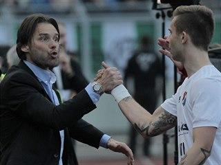Marek Jankulovski (vlevo), sportovní ředitel Baníku Ostrava, se s hráči raduje...