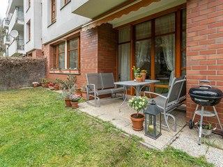 U Nikolajky, Praha 5 - Smíchov. Byt 3+kk s předzahrádkou má plochu 309 m²...