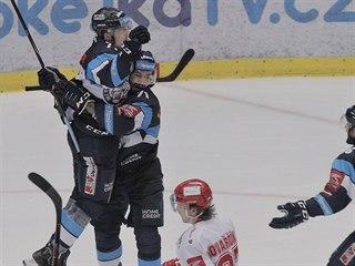 Liberečtí hokejisté slaví vyrovnání finálové série s Třincem.