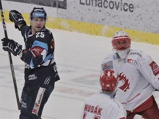 Jakub Valský z Liberce (vlevo) se raduje, třinecký gólman Šimon Hrubec kouká po...