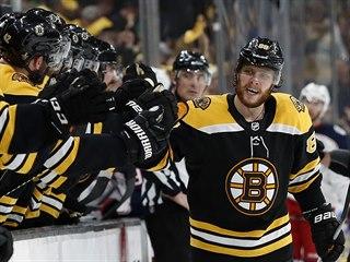 David Pastrňák sbírá gratulace spoluhráčů z Bostonu.