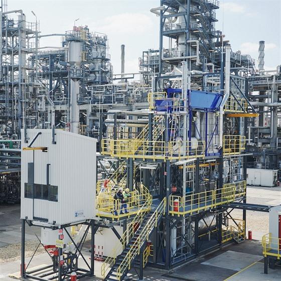 Recyklační jednotka OMV ReOil ve vídeňské rafinérii vyrábí syntetickou ropu z...