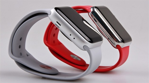 Apple vévodí trhu chytrých hodinek. Výrazně si polepšil i Samsung