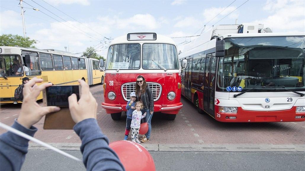 Hradcem Králové projely historické trolejbusy, slavily 70 let provozu