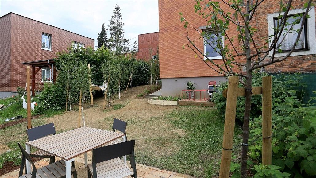 Zahradu u Baťova domku zvládli přetvořit za sto tisíc, pomohli kamarádi