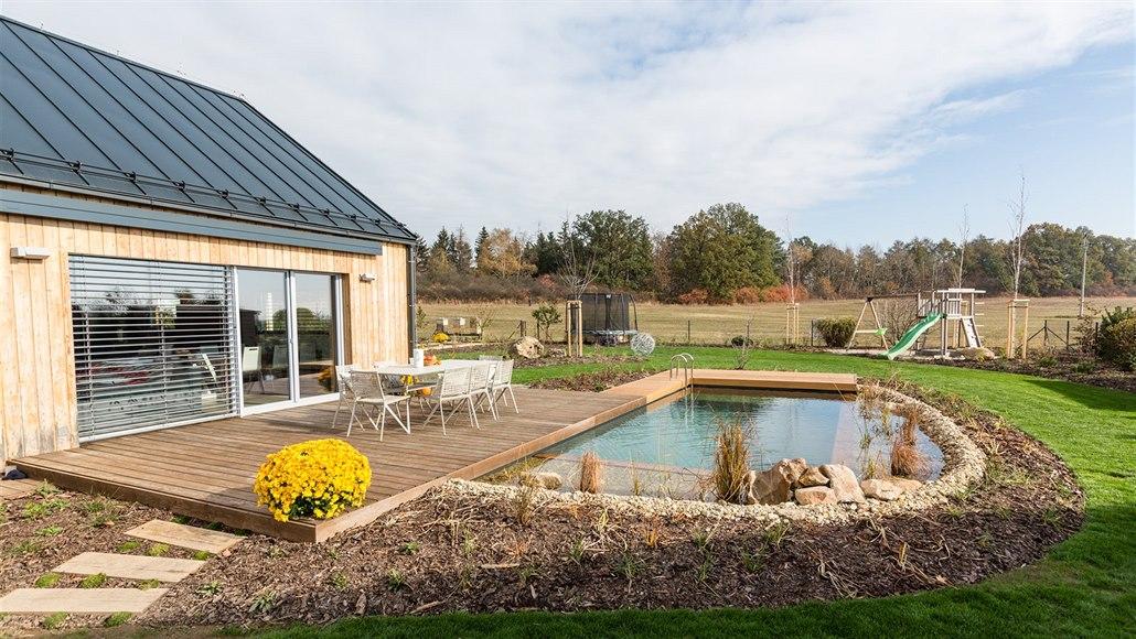 Rodinnou zahradu na kraji města architekti propojili s okolní krajinou