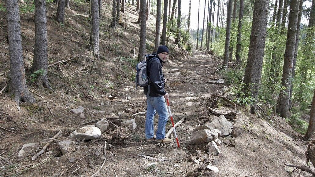 Těžké stroje lesníků poničily zbytky středověkého hornického náhonu