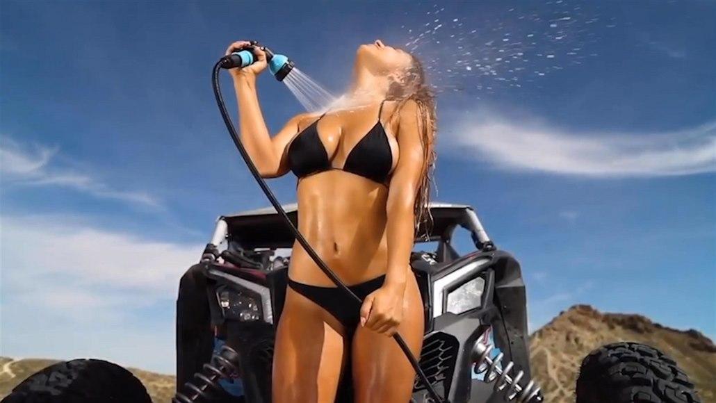 Modelka v plavkách hnala bugatku pouští. Následovala sprcha