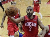 Chris Paul z Houstonu zakončuje v utkání proti Golden State.