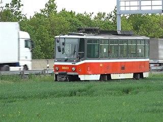 U dálnice D1 zaparkovala tramvaj, stojí u Čestlic na poli