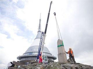Skoro tři tuny vážící obelisk potřebuje opravu.