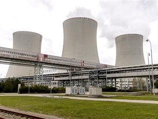 Chladící věže elektrárny jsou vidět ze vzdálenosti 40 kilometrů, pára nad nimi...