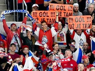 Čeští fanoušci se radují z gólu.