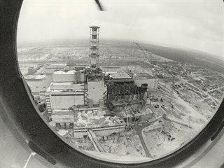 Letecký pohled na elektrárnu Černobyl po havárii v roce 1986