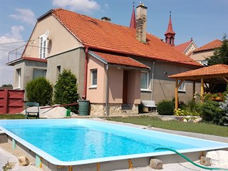 Petrovi rodiče si na zahradě za domem postavili bazén.