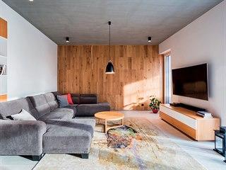 Rodinný dům Purista In. Interiéru dominuje dubové dřevo, třeba jako obklad...