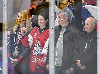 Utkání Česko - Itálie sledovaly rychlobruslařky Martina Sáblíková (druhá zleva)...