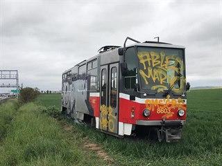 Odstavenou tramvaj u dálnice D1 někdo posprejoval. (15. 5. 2019)