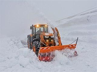 Většinu sněhu odhrnuly rolby, fréza odstraňuje poslední metry.