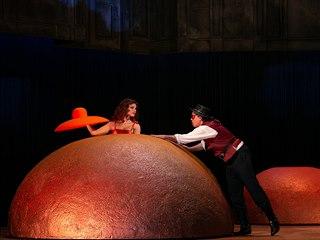 Záběr z inscenace opery Láska ke třem pomerančům