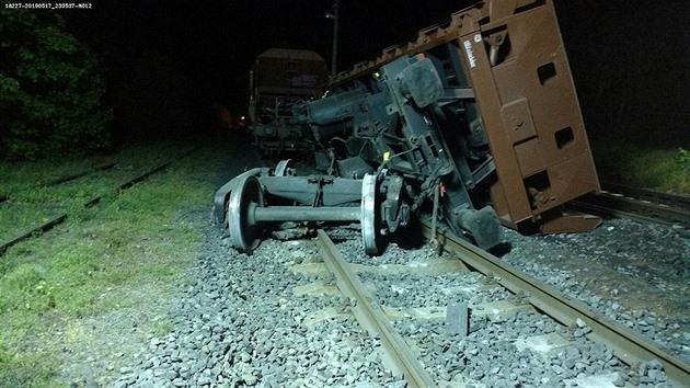 Trať na Lounsku se po vykolejení nákladního vlaku otevře do pátku