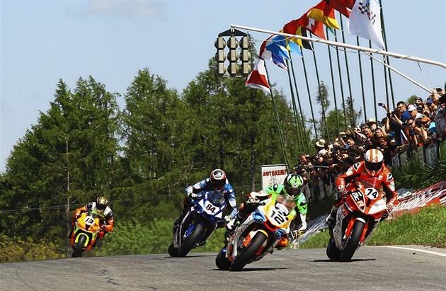 Při závodech v Hořicích vyjelo proti motocyklistům osobní auto