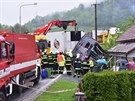 V Lužné se osobní auto srazilo s kamionem, ten po střetu narazil do verandy...