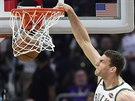 Brook Lopez z Milwaukee smečuje.