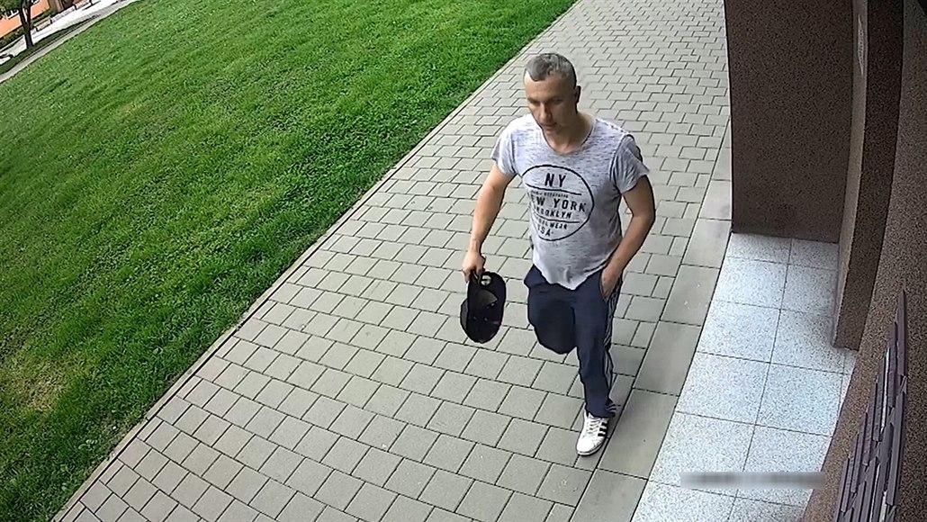 Lupič přepadl dva obchody v Ostravě, jednu prodavačku zmlátil