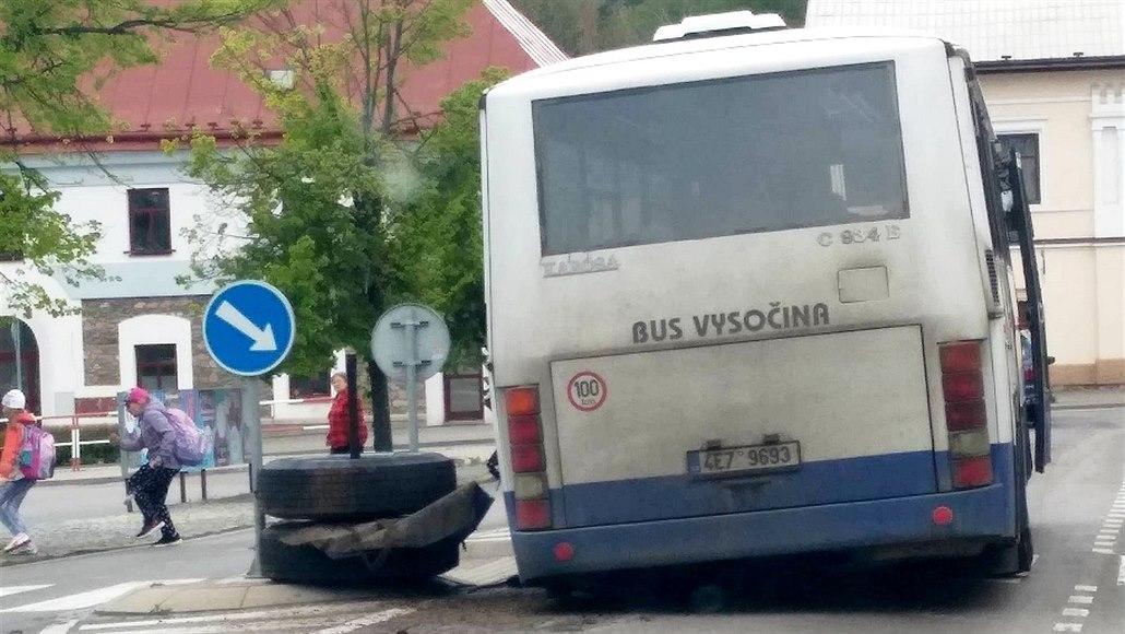 Autobusu po STK upadlo kolo s kusem nápravy, jen co lidé vystoupili