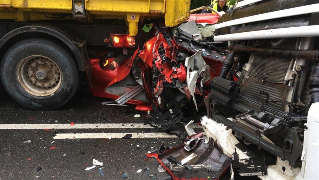 Náklaďák slisoval osobní auto o kamion, osádka jako zázrakem přežila