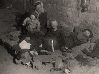 Zmar a špína. Nejchudší rodiny žily v podzemí, kde měly prostor na spaní...