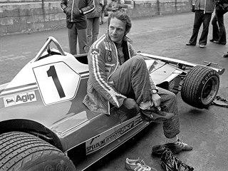 Automobilový závodník Niki Lauda před tréninkovou jízdou (1976)