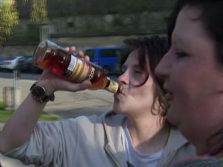 Romanu přivítala na svobodě láhev rumu a její squaterská rodina.