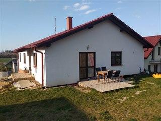 Čtyřčlenná rodina si za Prahou postavila nedávno dům.