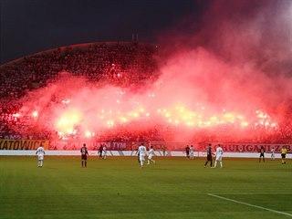 Pohled přes celé hřiště na tribunu, na které během pohárového finále v Olomouci...