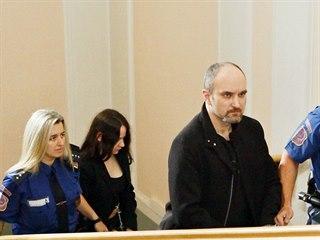 Dvojice obžalovaných z vraždy manželů stanula před krajským soudem v Českých...